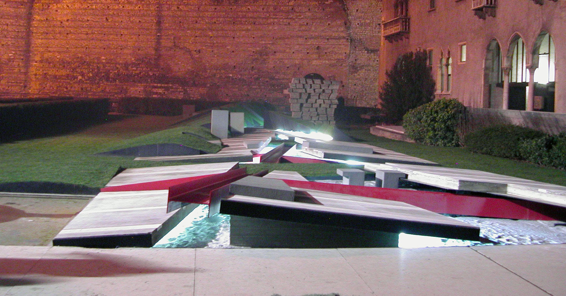 """The Garden of Lost Footsteps"" at Museo di Castelvecchio, Verona, Italy by Eisenman 2004 / Photo: Reg Prentice © 2004"