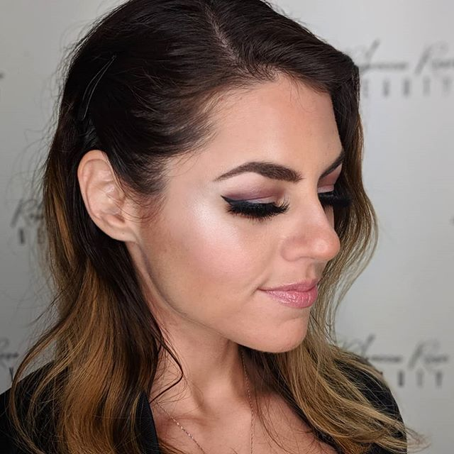 Shoutout to these beautiful mink lashes (wearing Leading Lady) by @tarynmakeup 👌 Also wow, winged liner, it's been a hot second!