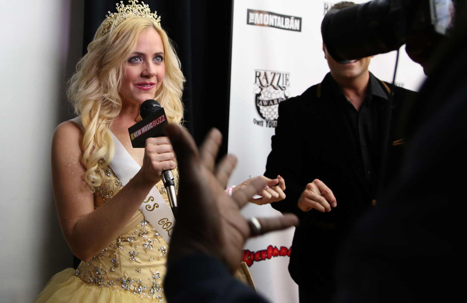 Aimee-Lynn as Tinsel steals the mic AND the spotlight on the red carpet at  The Razzie Awards.