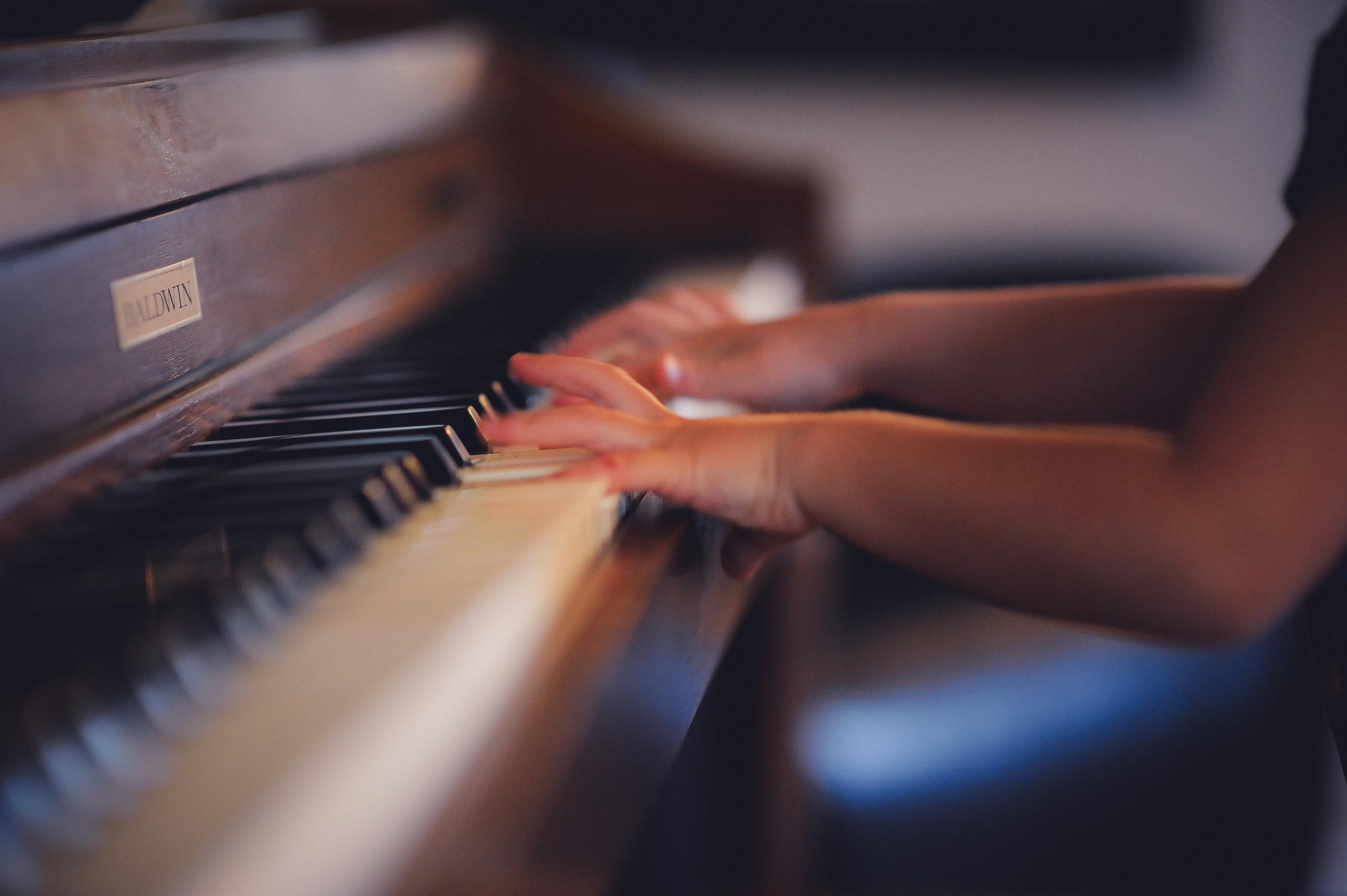 """laboratorio di pianoforte - Corso di Propedeutica MusicaleNella pancia il bimbo nuota a suon di """"voce della mamma"""" e la musicalità del suo cantilenare lo rasserena e lo addormenta… Il Suono ci accompagna dal nostro primo esistere e l'udito, quale senso percettivo, è attivo sempre! Avvicinarsi alla Musica vuol dire prima di tutto imparare ad ascoltare, consapevolmente, e scoprire che siamo immersi in un mondo meravigliosio di suoni. Un corso di propedeutica musicale acquista così significato se si abbandona il pregiudizio che esista"""