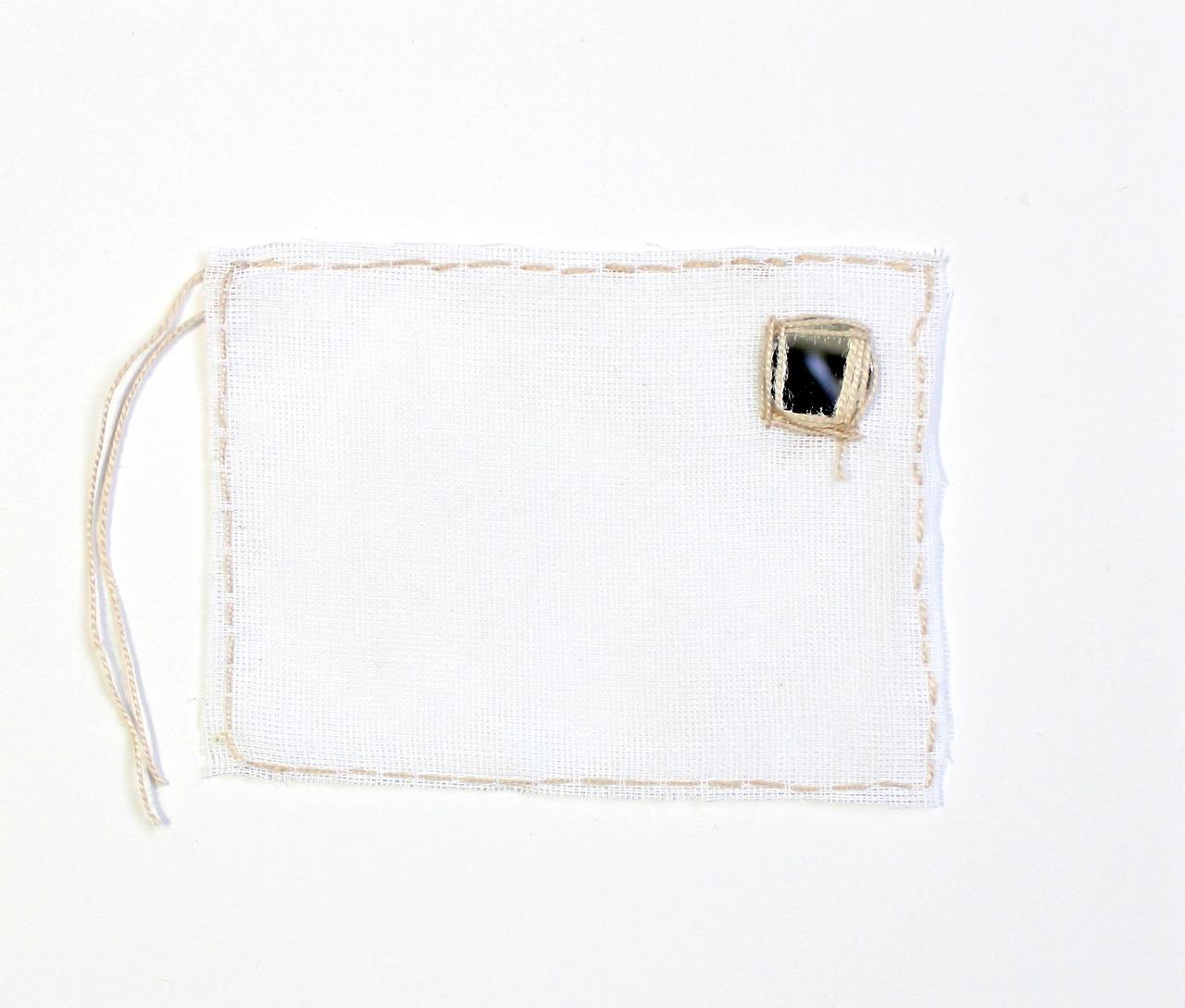 Ana Hortides_NÓS  2017 %5C bordado s. tecido e espelho %5C 9x12cm.jpg