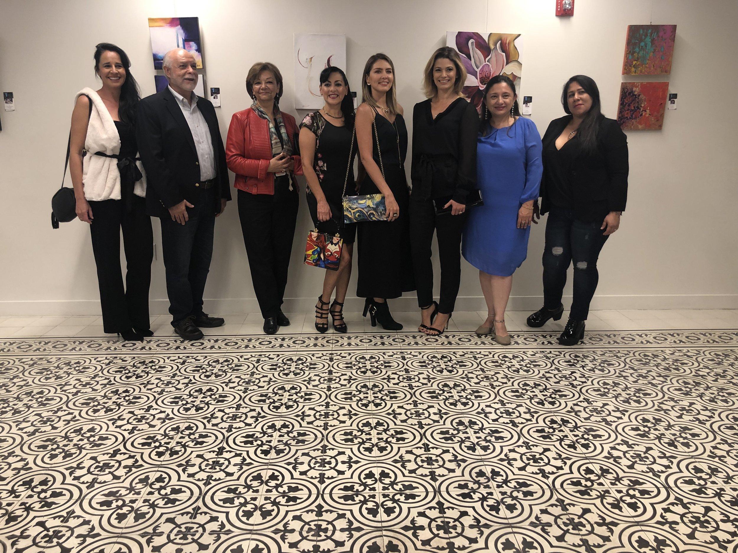 Con motivo de darle la bienvenida al nuevo Cónsul de Colombia en Miami, varios artistas colombianos radicados en el sur del estado de la Florida se reunieron en el consulado en Coral Gables. Esta exposición también celebra la inauguración de la primera sala de formato pequeño en el consulado. -