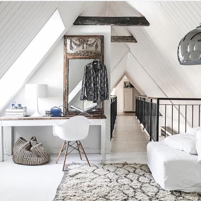 Minimalist white + soft textures +warm wood + pop of blue = attic perfection. Photo by @frustilista