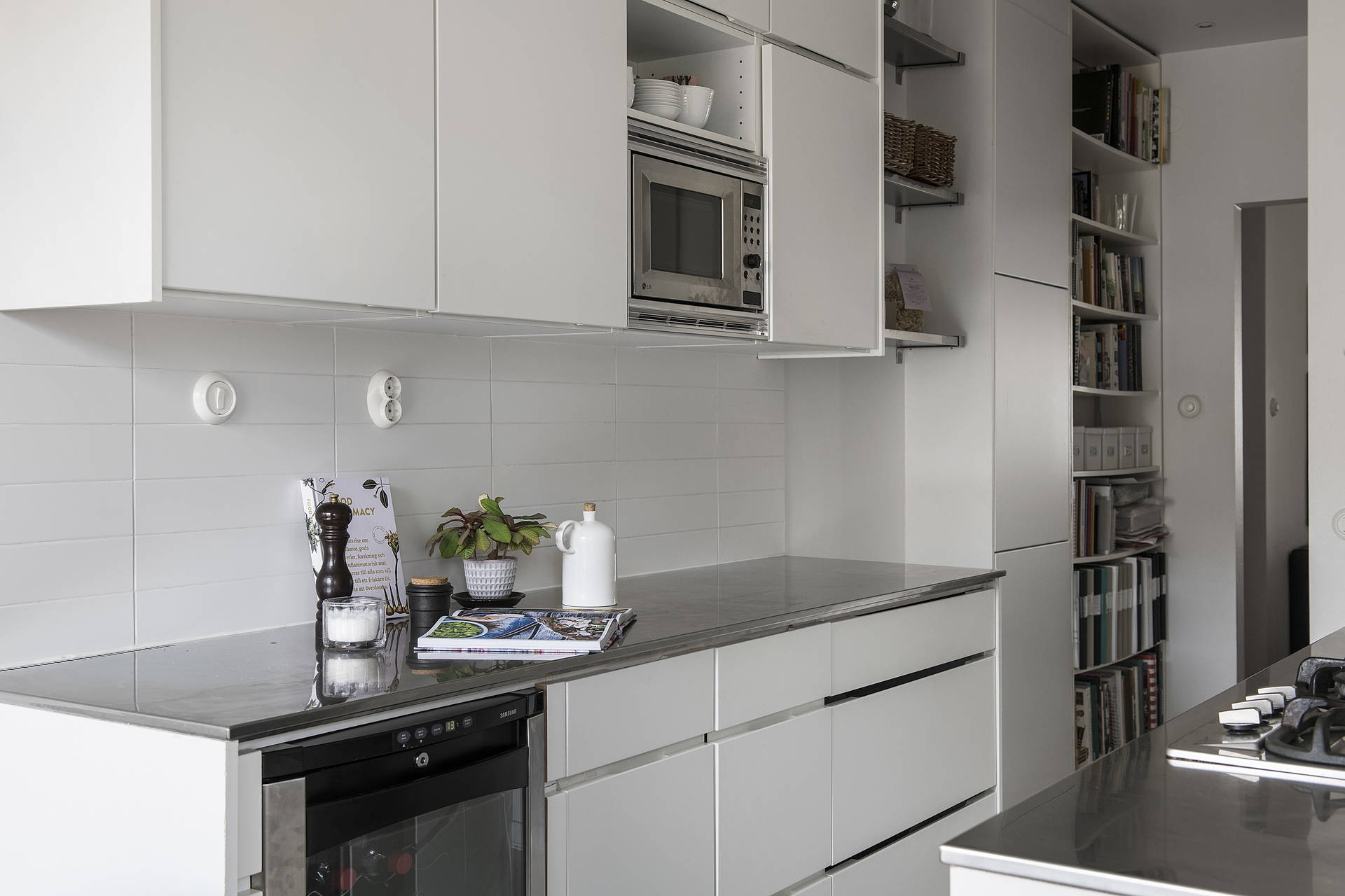 The simple style continues in the kitchen.