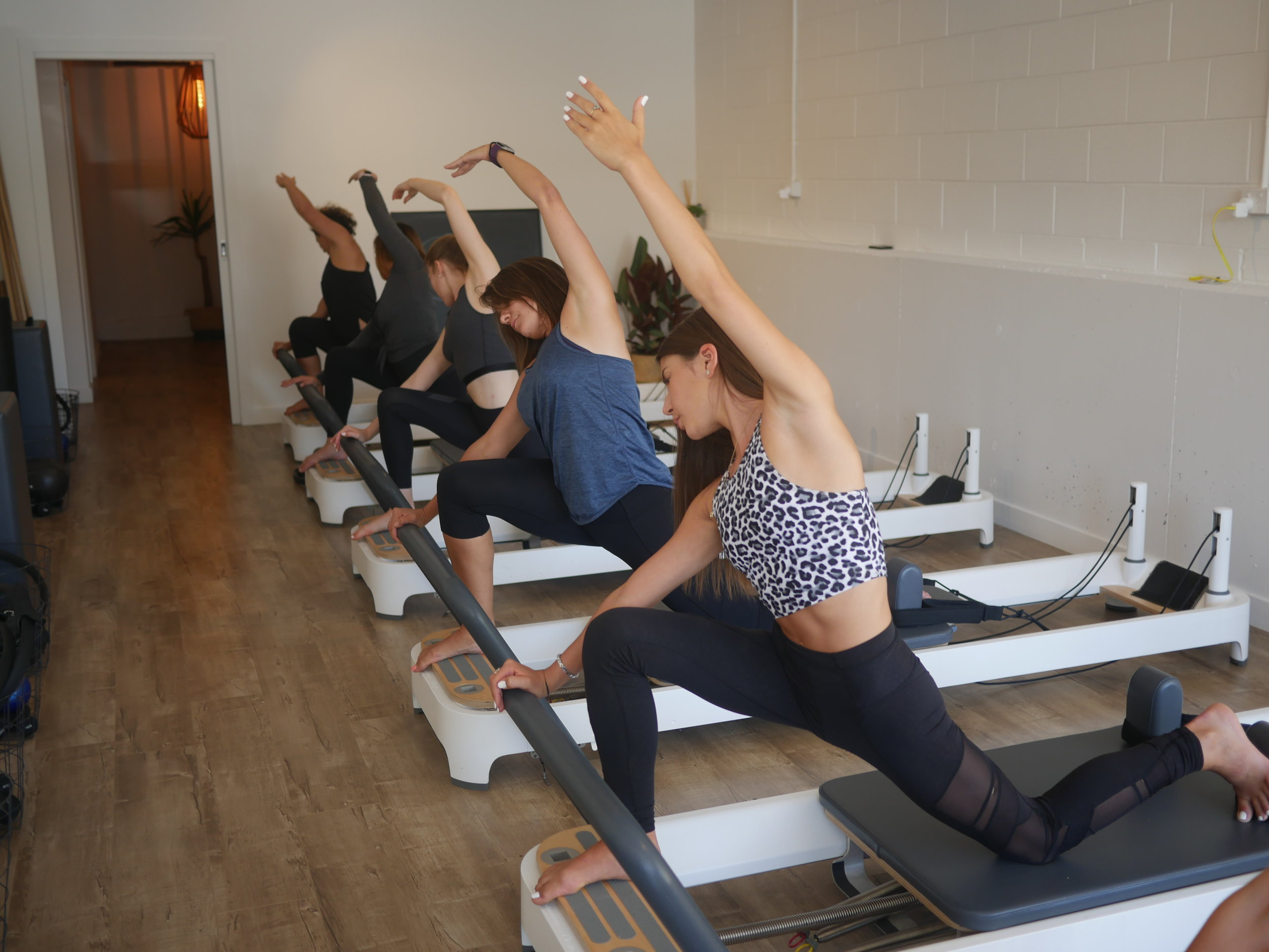REFORMER PILATES-side stretch