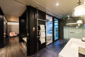Guestroom_akyra-Manor-Hotel-Chiang-Mai_06_courtyard-1-300x200.jpg