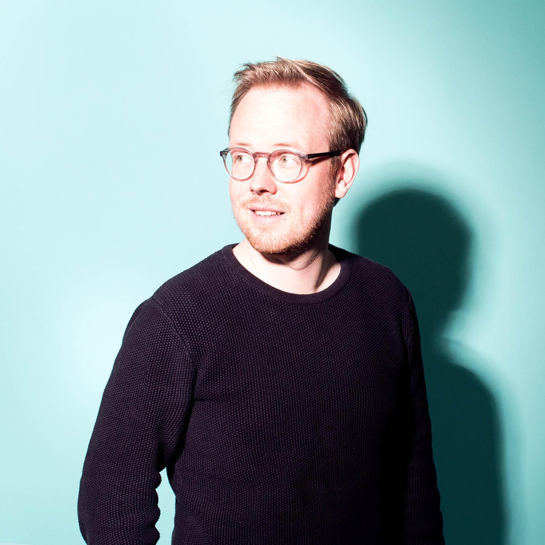 Pascal Ackerschott - Pascal ist Mitbegründer/Geschäftsführer des Berliner Ideenlabors und lehrt u.a. an der EPFL, der ETH Zürich sowie der HTW Berlin. Als Kommunikationsdesigner und Design Thinker (HPI D-School) schaut er auf Herausforderungen mit der Brille des Gestalters und Anpackers.