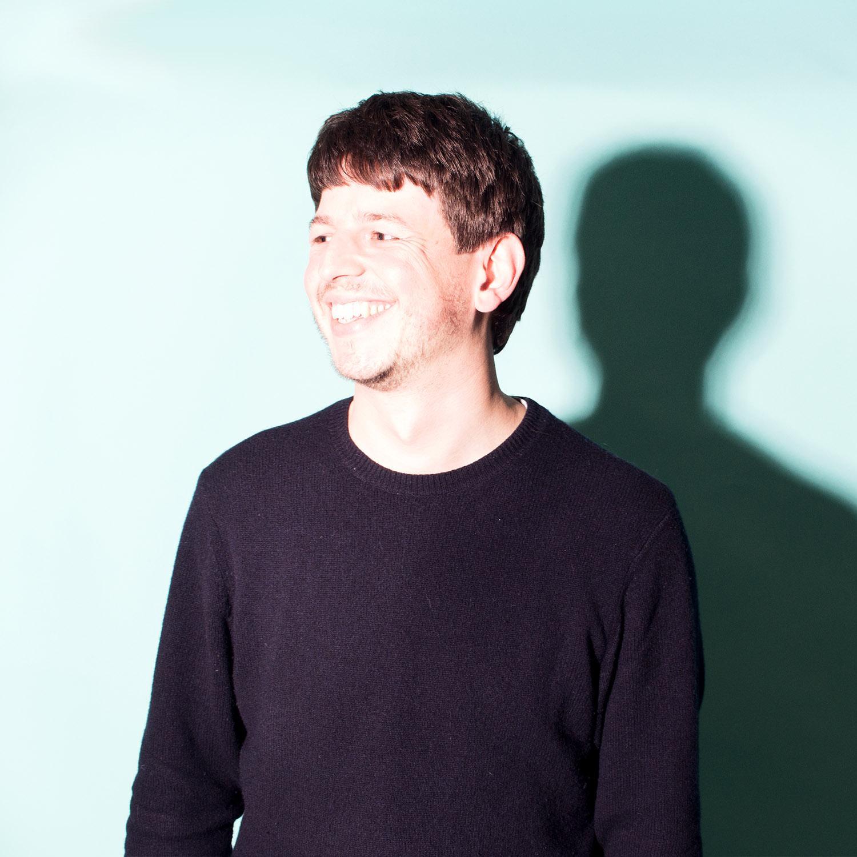 Bastian Braun - Bastian ist Designer und Tischler; im Duden unter »Interdisziplinarität« zu finden. Im Ideenlabor entwickelt & coacht er ko-kreative Formate mit unterschiedlichsten Zielgruppen. Freiberuflich gestaltet Bastian Räume & baut an partizipatorischen Architekturprojekten im öffentlichen Raum.