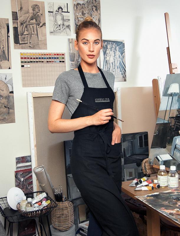 Alice Herbst i sin konstnärsstudio. Foto ur Alice's privata arkiv.