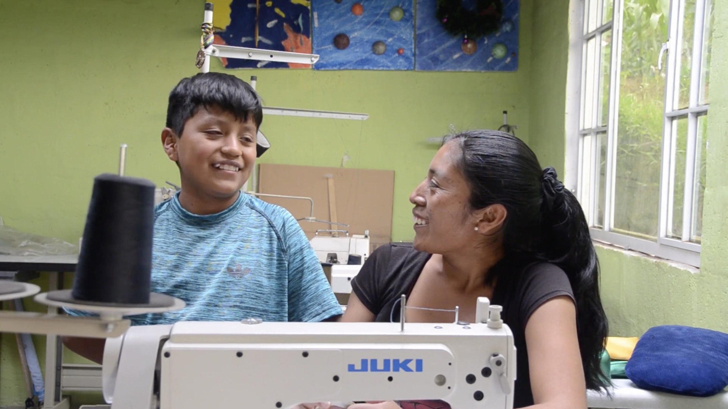 Raquel Llumiquinga en su taller. / Fotografía: REMU
