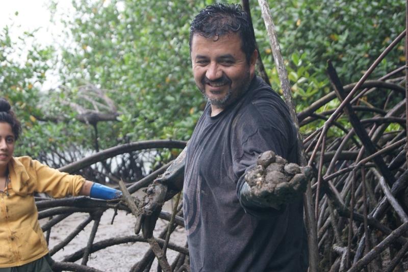 Chef Esteban Tapia en la comunidad de Muisne, conchando en los manglares.