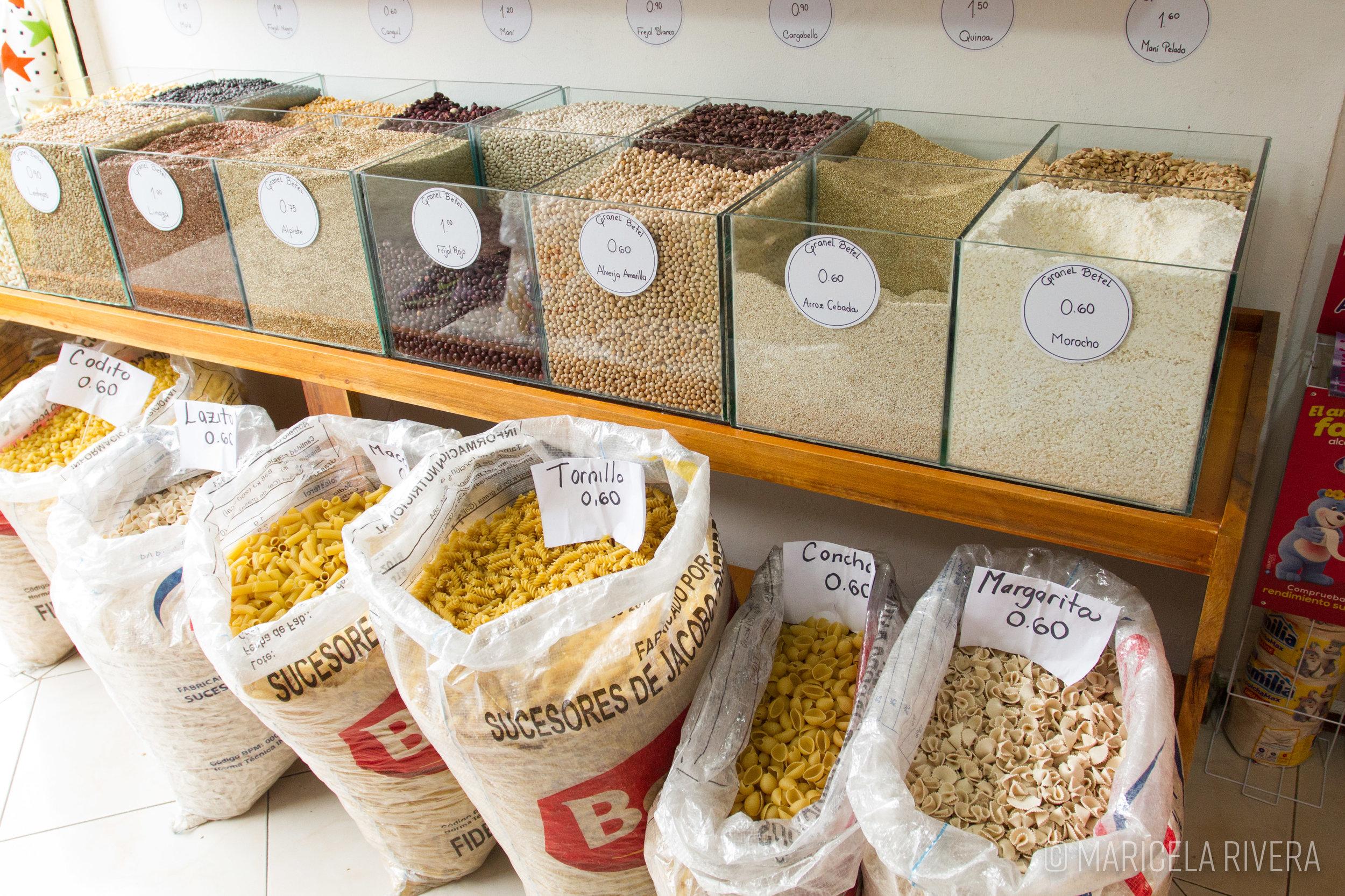 Tienda de productos al peso en los alrededores del mercado Santa Clara, calle Gustavo Darquea. Fotografía: Maricela Rivera.