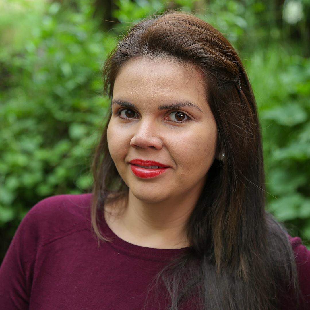 María José Ocampo - er humano, interesada en mejorar sus hábitos en favor del planeta. Diseñadora de modas y recicladora desde 2004. Creadora y co-fundadora de 3rBag, iniciativa dedicada a la elaboración de bolsas y bolsos de telas a partir de tejidos reciclados.Instagram: @majoseoc / @3rbag.ec