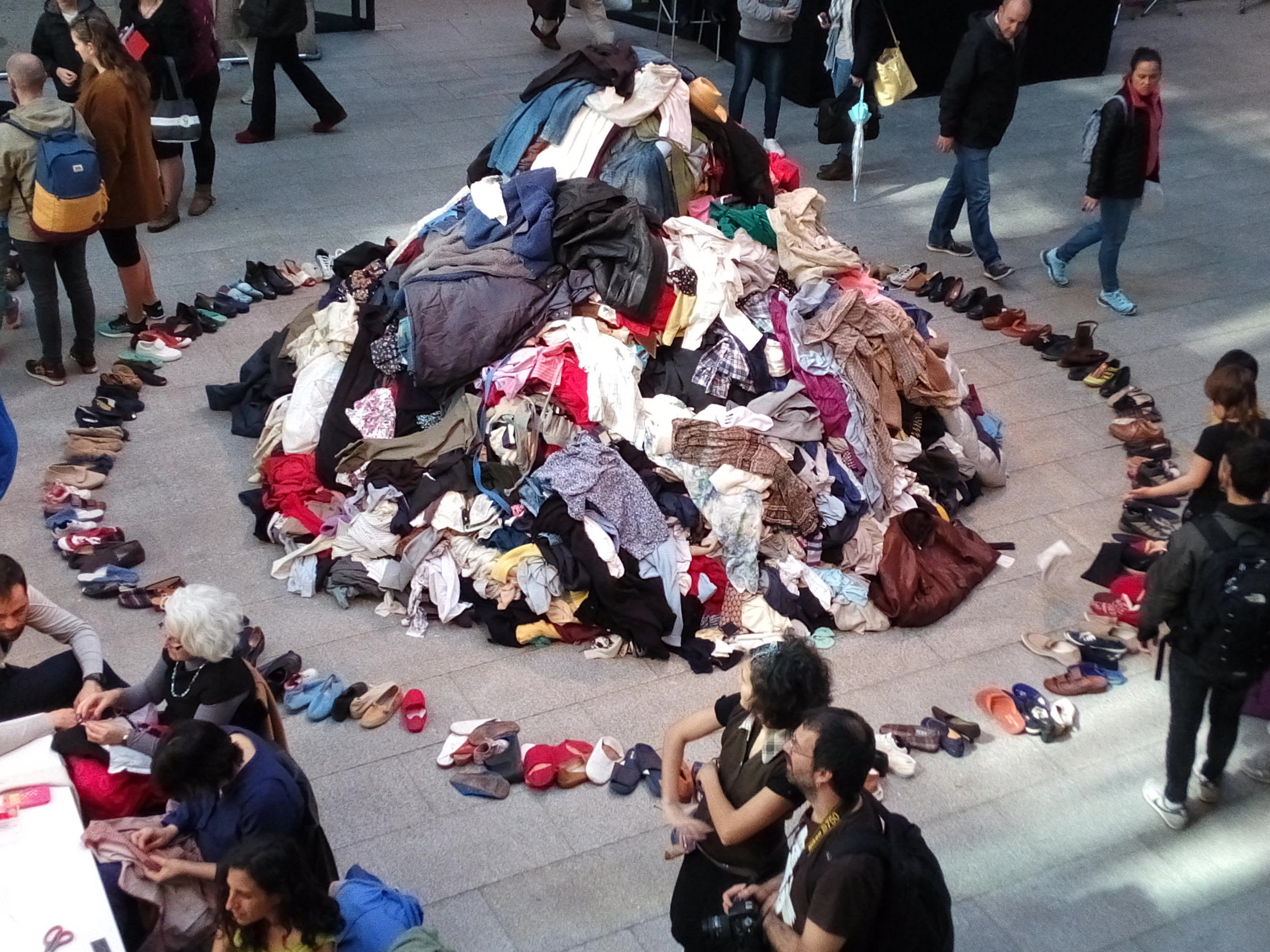 Una gran montaña de ropa en desuso en la IV Maratón de reciclaje textil creativo. Foto cortesía: Sala de prensa La Casa Encendida de Fundación Montemadrid - Madrid, España.