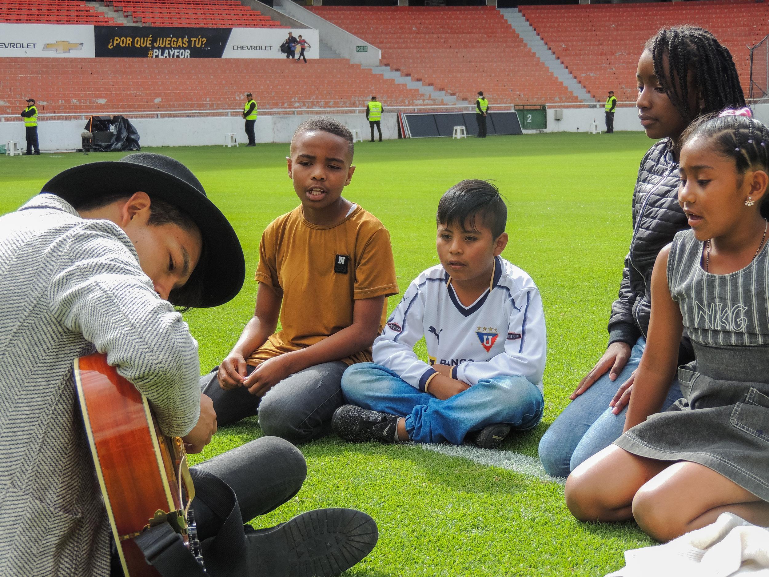 """4 de los becados de """"El Musican Project"""" ensayando para su presentación en la final de la Copa Alberto Spencer."""