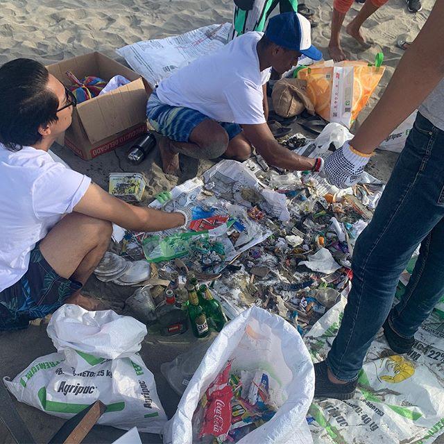 """Ayer nos unimos a @mingasporelmar para vivir nuestro #DíaMundialDeLaLimpieza en Tonsupa 🧹🏖. Luego de 40 minutos y con 15 voluntarios logramos recolectar más de 200 vasos, 500 colillas de cigarrillo, tarrinas, cucharas, sorbetes, pañales... y la lista era larga 😱. . ¿Qué aprendimos? Que al final del día, por el ciclo de nuestra basura, todos terminamos ingiriéndola 🤢. Por eso rechazar y reducir el consumo de plástico desechable es TAN IMPORTANTE. Como bien dijo Bruno, de @mingasporelmar , """"¡no contamines mi ceviche!"""" 🙏."""