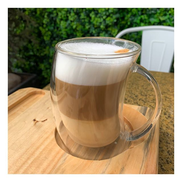 Hacer una pausa para sentarnos a tomar un rico café o un té, es uno de esos rituales que vale la pena hacer seguido ☕️. Y sin duda se aprecia más luego de días complicados como los que hemos tenido... Que en su momento de té o café de este fin de semana encuentren la mejor energía para renovarse ✨. ¿Se proponen a darse ese tiempo para ustedes?  Lugar📍: @cafelab.ec  #autocuidado