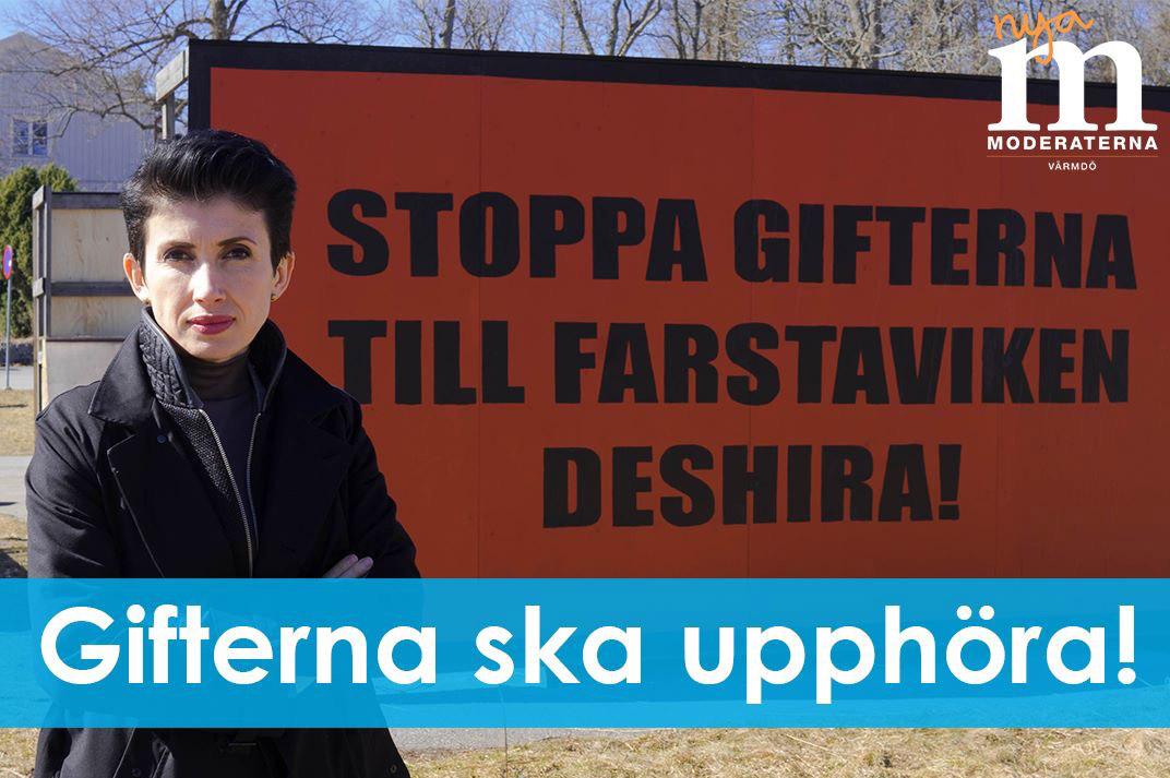 Kommunstyrelsens ordförande Deshira Flankör (M) framför en skylt i Farstaviken i april. Texten har målats över efter att kommunen utfärdade ett föreläggande med hot om 150 000 kr i böter – kommunens enda föreläggande mot olagliga skyltar under hela mandatperioden.