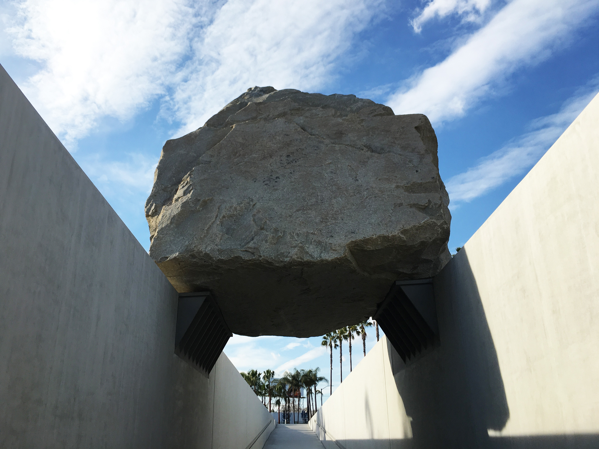 urbanbacklog-los-angeles-lacma-levitated-mass-2.jpg
