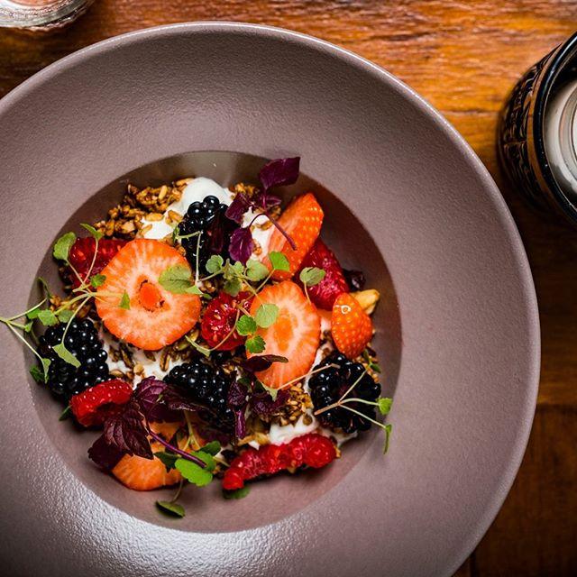 ✨ Red fruit with Greek yogurt ✨ Good morning 👋🏻, how do you like your yogurt ?