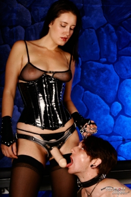 domme-kimberly-kane-makes-her-slave-submit-to-her-strap-dildo-4.jpg