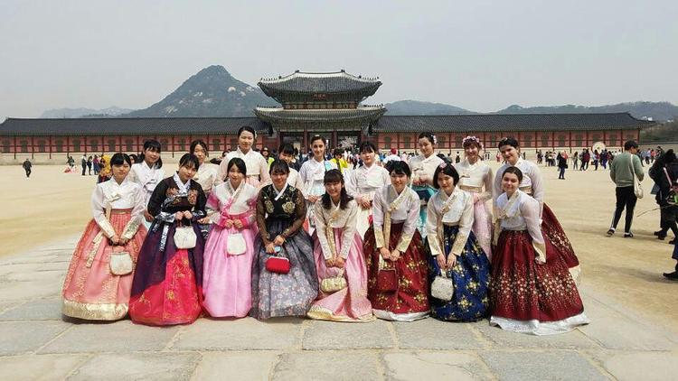 1.每周一次的韩语课(两小时)2.每周两次的K-pop舞蹈课3.每周两次的K-pop声乐课4.每月派对(午餐/蛋糕)5.每日免费咖啡6.在弘益大学商区附近工作的机会7.参观韩国本地学校的机会8. ACOPIA的实习证书8. 与其他国家的实习生一起工作以及在Share House居住的机会(Share House仅限女生)。 -