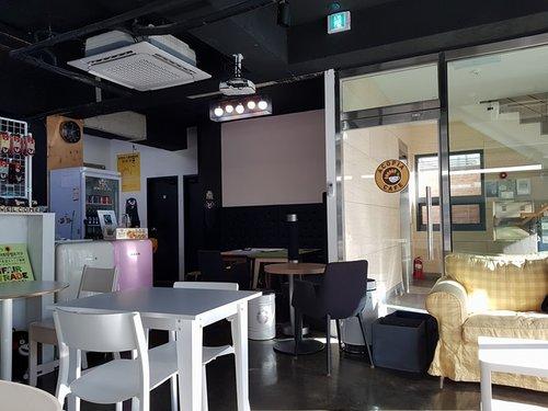- ACOPIA CAFÉACOPIA Café est un lieu idéal pour les échanges multiculturels entre étrangers et Coréens. Nous considérons cela comme étant l'un des moyens les plus efficaces d'acquérir une meilleure connaissance culturelle et linguistique. ACOPIA se fera le plaisir d'accueillir toute personne intéressée par le partage de sa culture avec un public étranger.