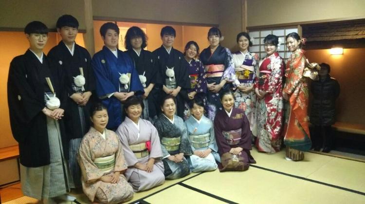 试穿美丽的日本传统服装