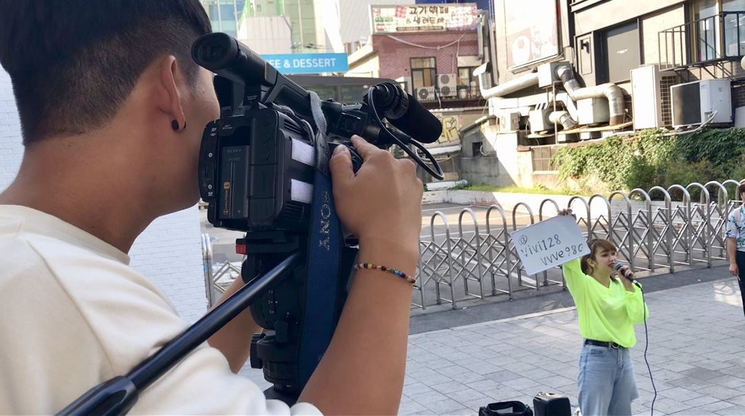 Filming the busking of ibuki in Hongdae