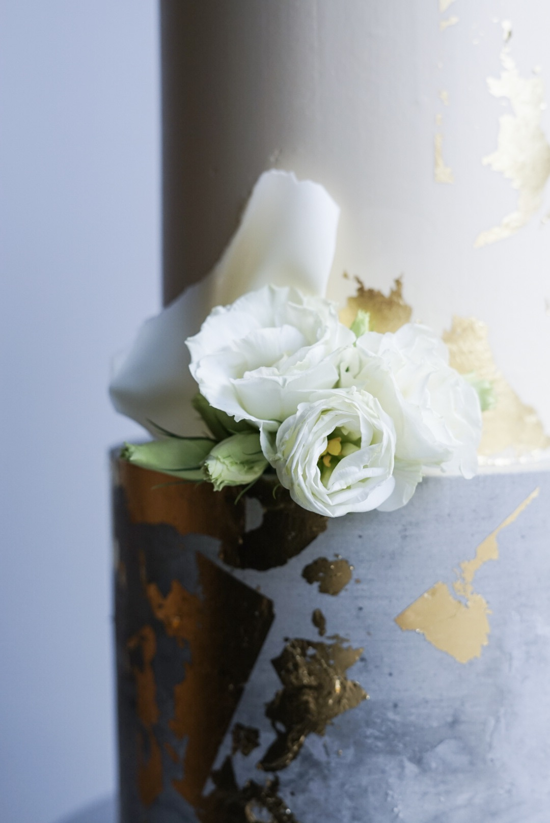 Concrete, Whit and Gold Wedding Cake
