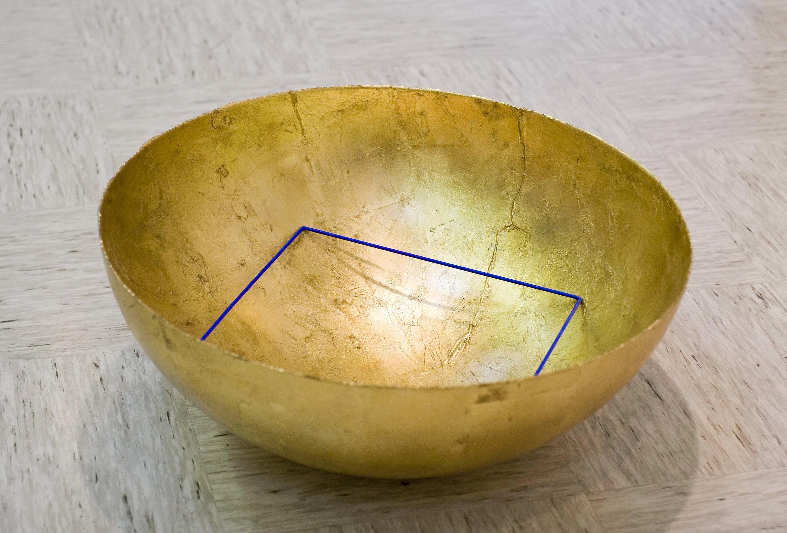 akril, železo, pleksi, medenina, 34 x 81 x 81 cm, 2001