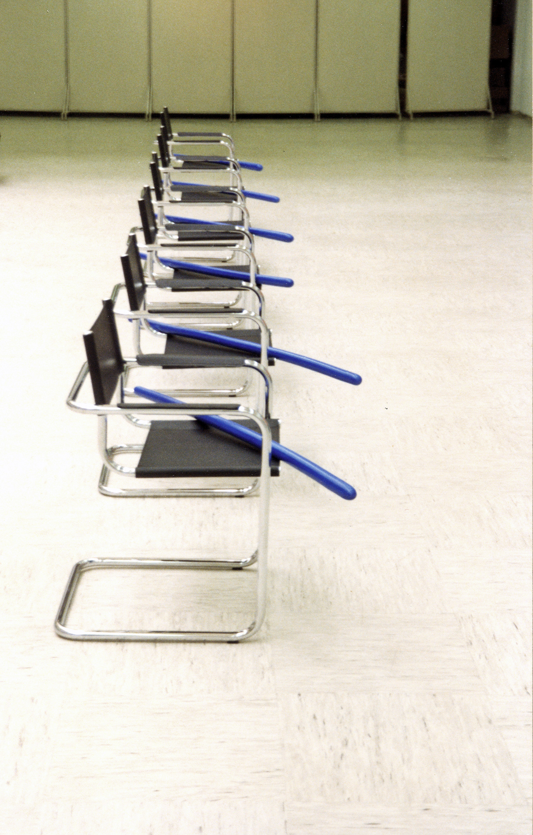 akril, les (6 tabel 300 x 90 cm), 6 stolov in 6 modrih palic, 1994, (detajl)
