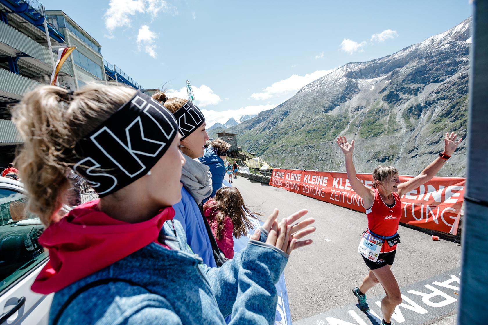 Teilnehmerin beim Zieleinlauf beim Großglocknerberglauf