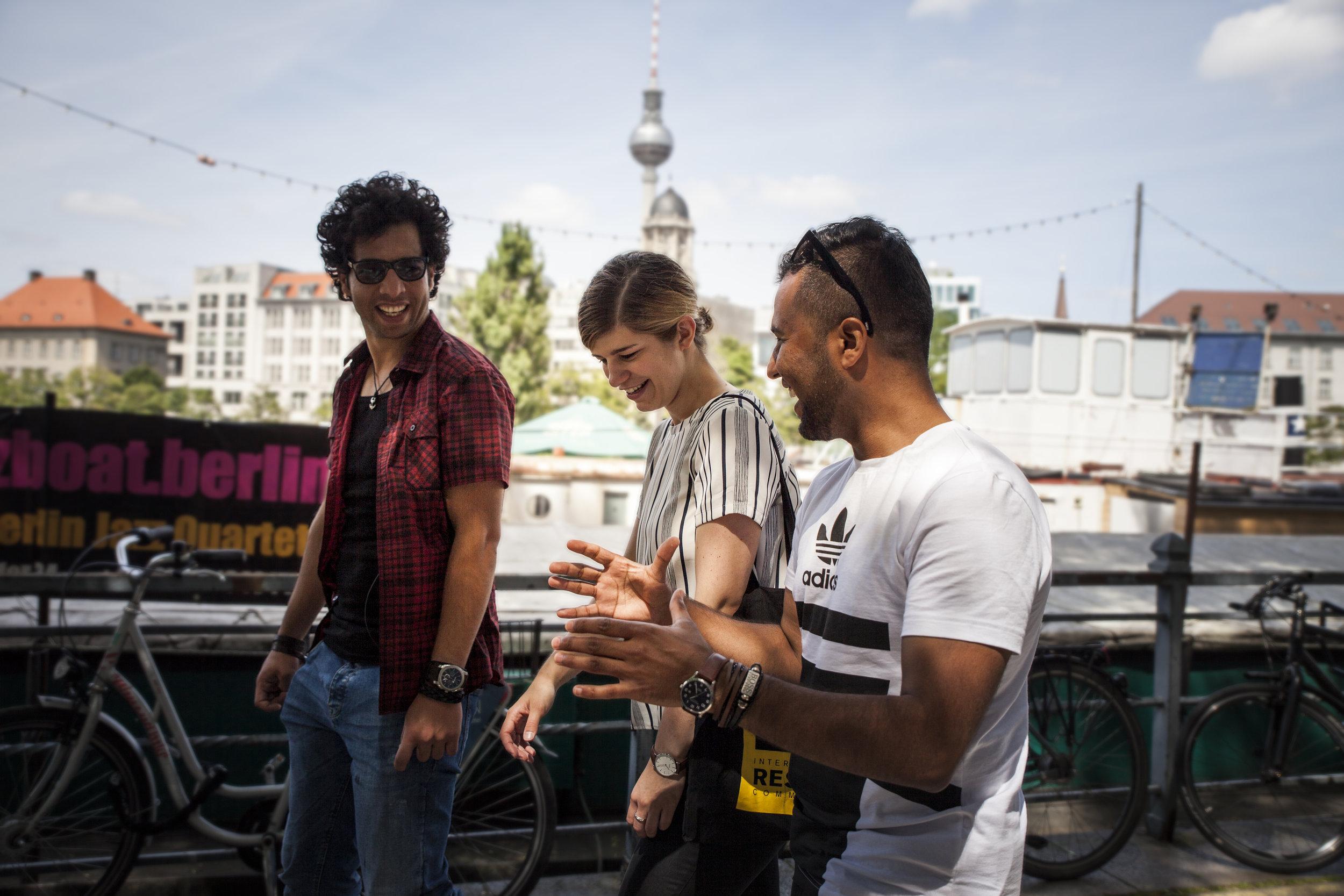 Programmleiterin Lisa Küchenhoff mit zwei Programmteilnehmern (Foto: IRC/Timo Stammberger).