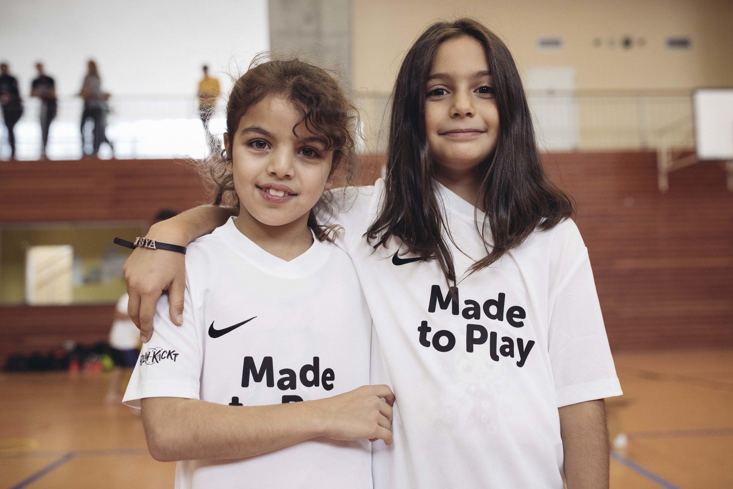 Auch Mädchen trainieren bei Berlin Kickt mit – die weiblichen School Football Workerinnen haben gerade für sie eine wichtige Vorbildrolle.
