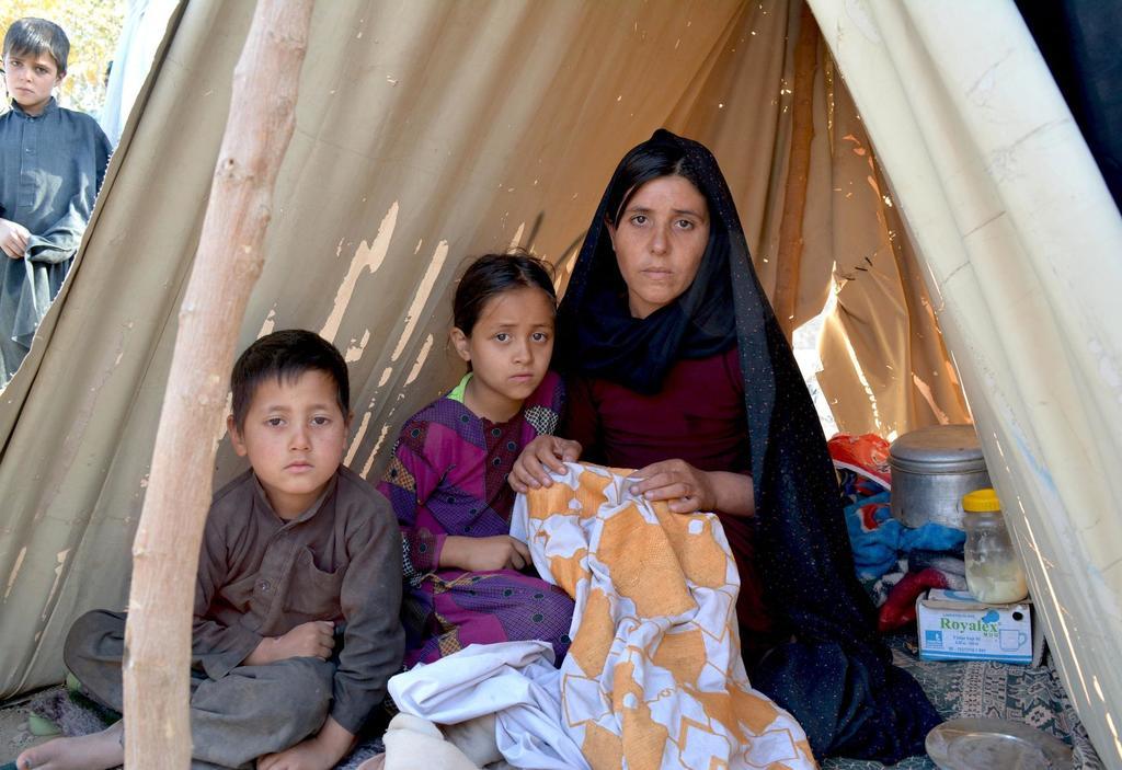 Zainab, 23, im Zelt mit ihren beiden Kindern. Quelle: Haseeb Khalid/IRC