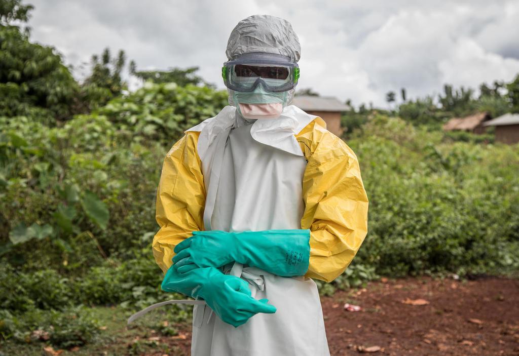 Im Schutzanzug desinfiziert das Personal die Gesundheitseinrichtung in Mabalako, Nord-Kivu, Demokratische Republik Kongo. Quelle:Kellie Ryan/IRC