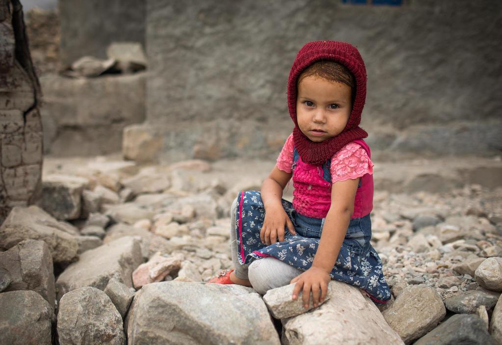 Ein junges Mädchen sitzt auf dem Boden in einem Dorf im Jemen. Quelle: Kellie Ryan/IRC