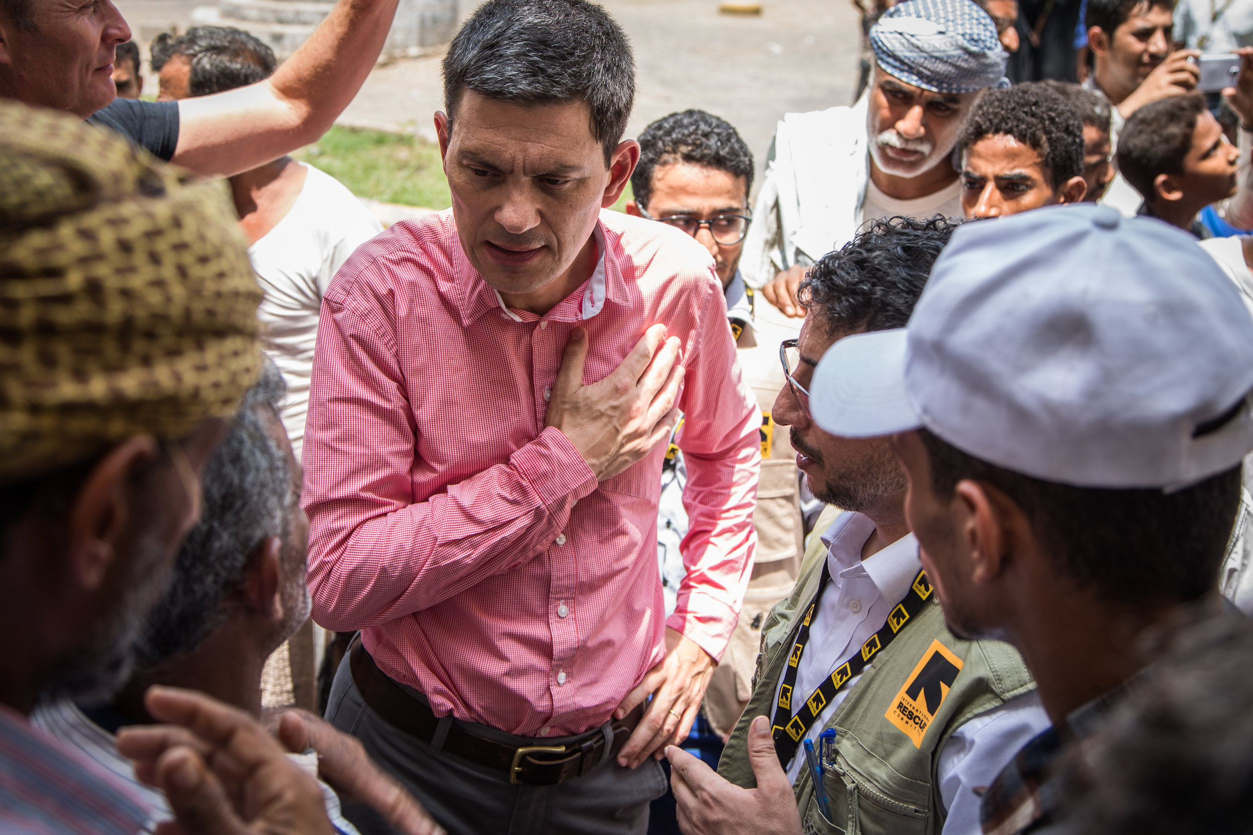 David Miliband, Präsident und CEO von IRC, besuchte im September 2018 Mitarbeitende in Bajil, im Gouvernement Hodeidah, Jemen, nur 50 km von der Kriegsfront entfernt. © KELLIE RYAN / IRC