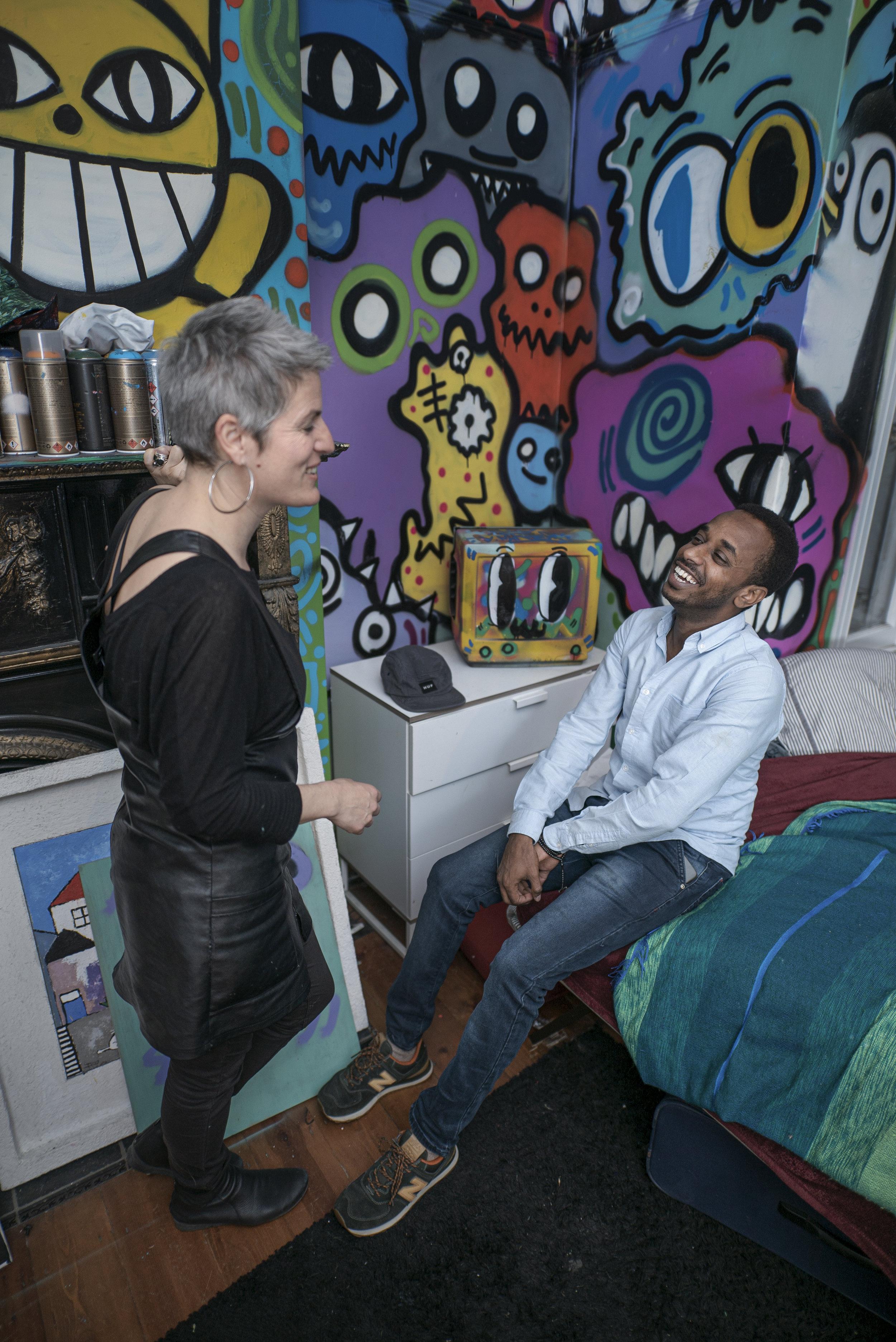 Sophies Sohn Antoine ist Graffitikünstler und hat auch im Haus seine Graffitis gesprayt. Mohand teilt das Interesse daran und die beiden unterhalten sich gerne über Kunst und Musik.