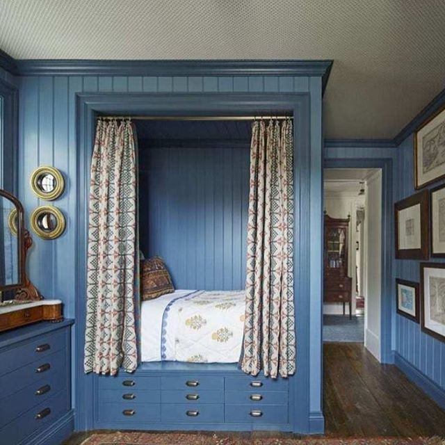 Sunday night blues 💙 courtesy of @philipmitchelldesign via @verandamag #bedroomdesign #interiors #art #prints #gallerywall