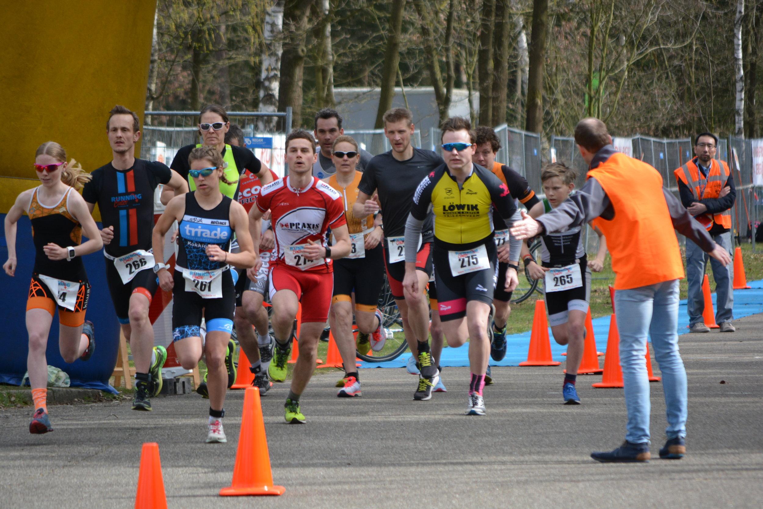 Hulsbeek Run Bike Run - Op de wielerbaan en de prachtige omgeving van recreatiepark Het Hulsbeek werd dit jaar op zondag 31 maart 2019 voor de tweede keer een run-bike-run wedstrijd georganiseerd door de Triathlon Club Twente.-> meer info