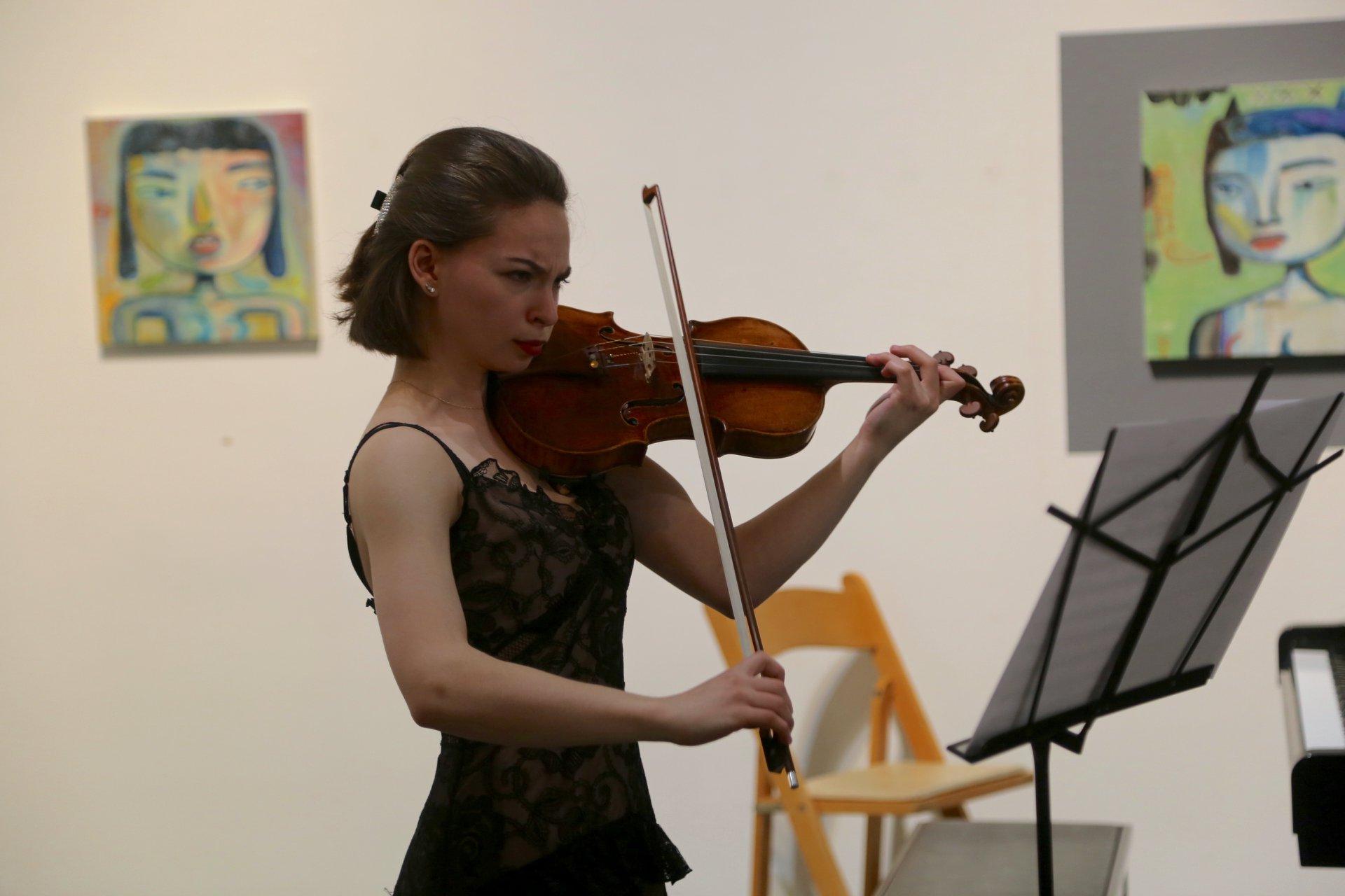 Tanja performs Dvorak's Terzetto at MMF2018.