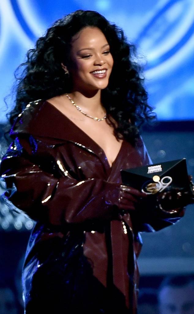 rs_634x1024-180128173829-634-Rihanna-Grammy-Awaards-2018-Outfit-2.jpg