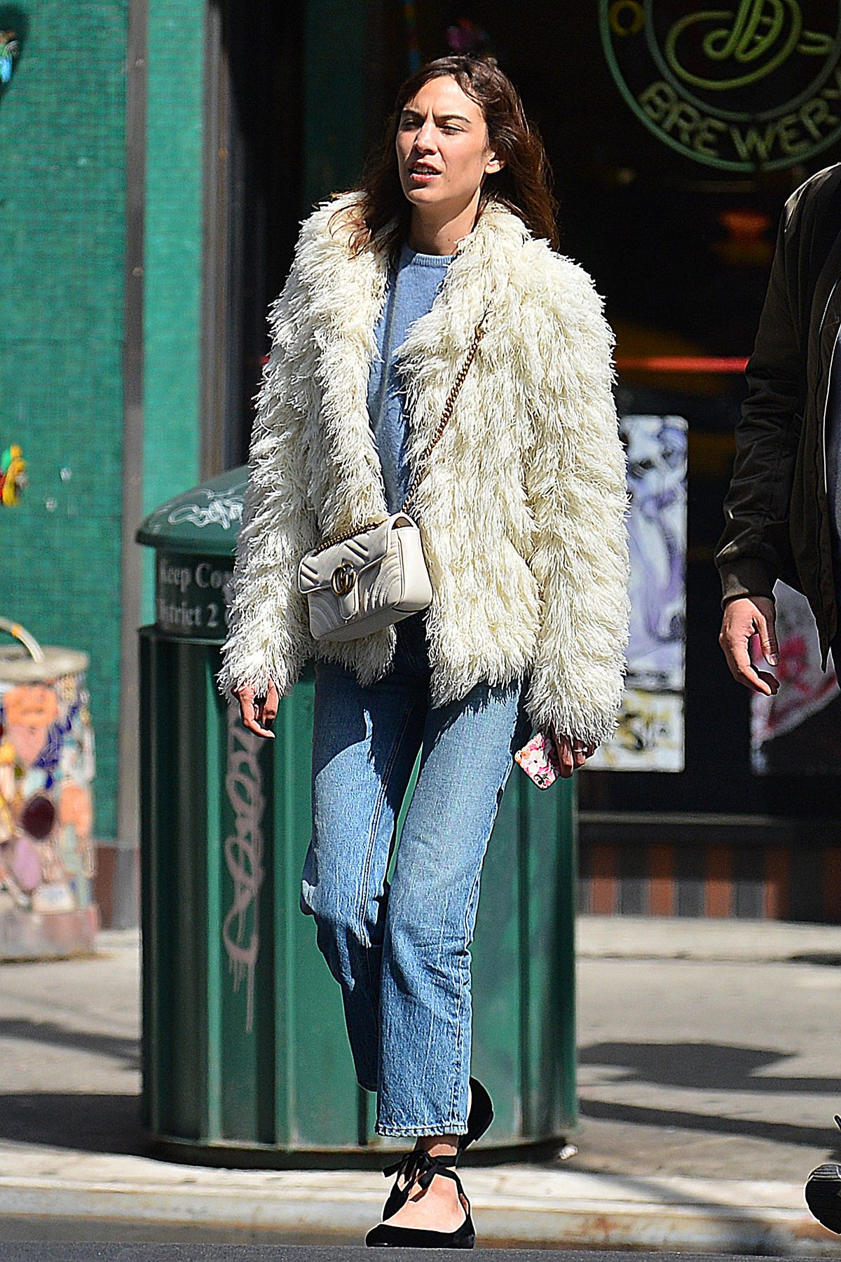 alexa-chung-out-and-about-in-new-york-04-05-2017_1.jpg