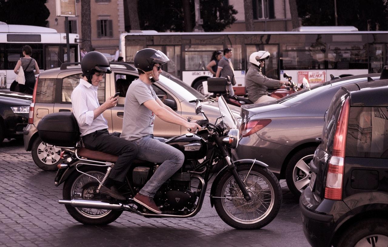 city-traffic-people-smartphone.jpg