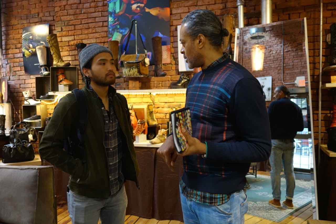 Creative director Tyrone Bruce and stylist Cal Chai discussing the coming photoshoot. Discussion entre Tyrone Bruce, creative director et Cal Chai, stylist de la séance de photos à venir..