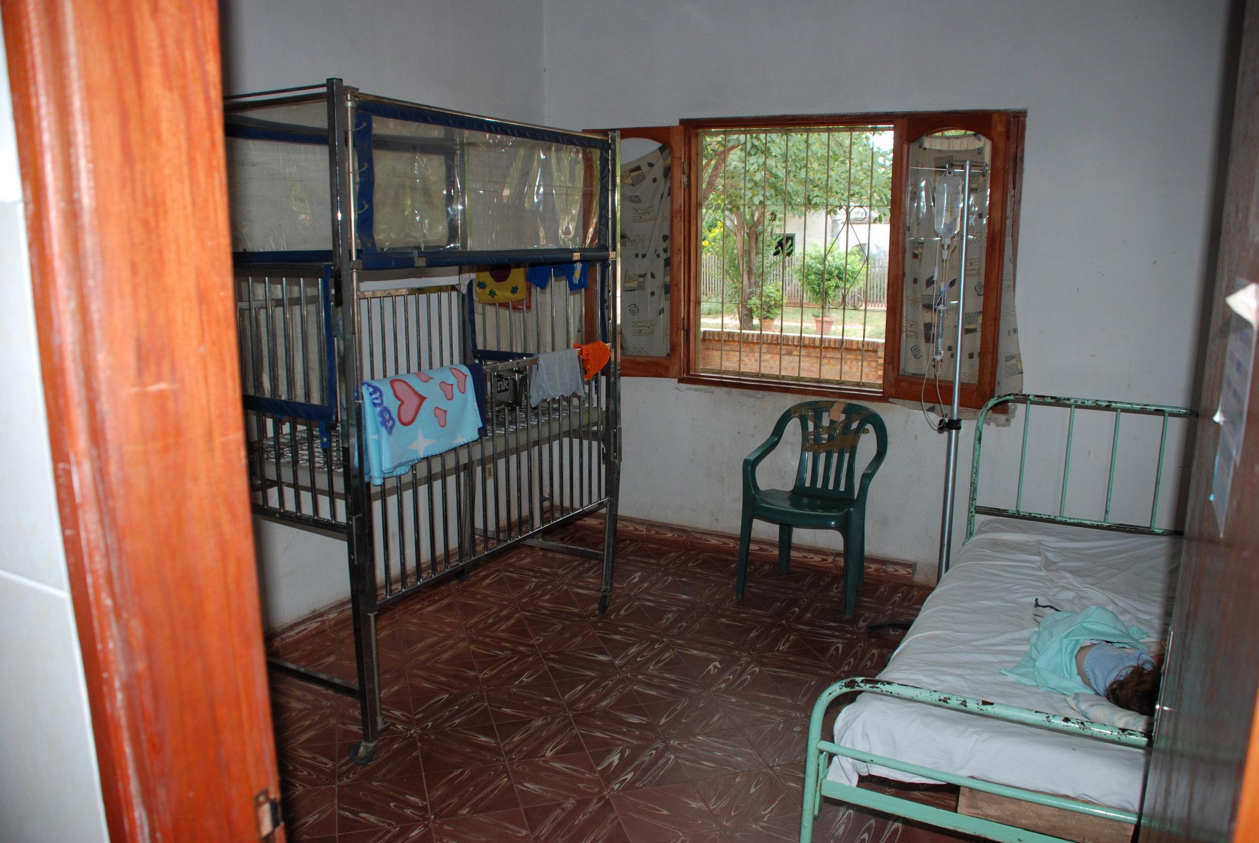 Child in bed at Centro De Salud de Tobati awaiting treatment