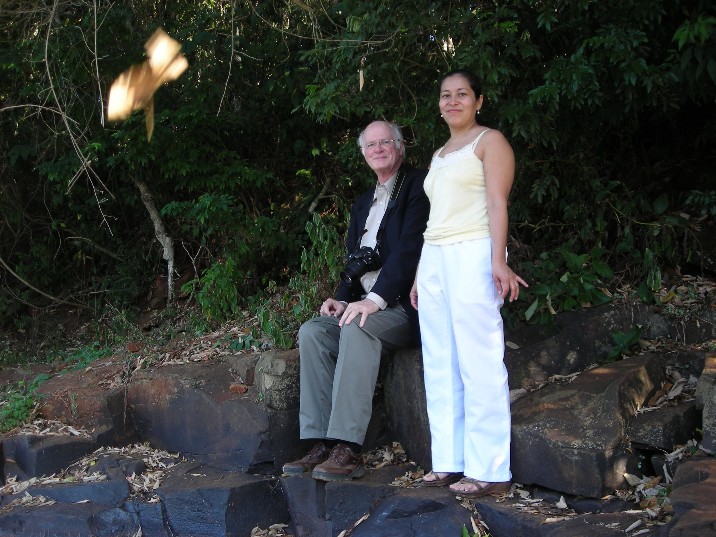 Mr. Raymond White relaxing with Dra. Marly Nizza before getting at the assessment site