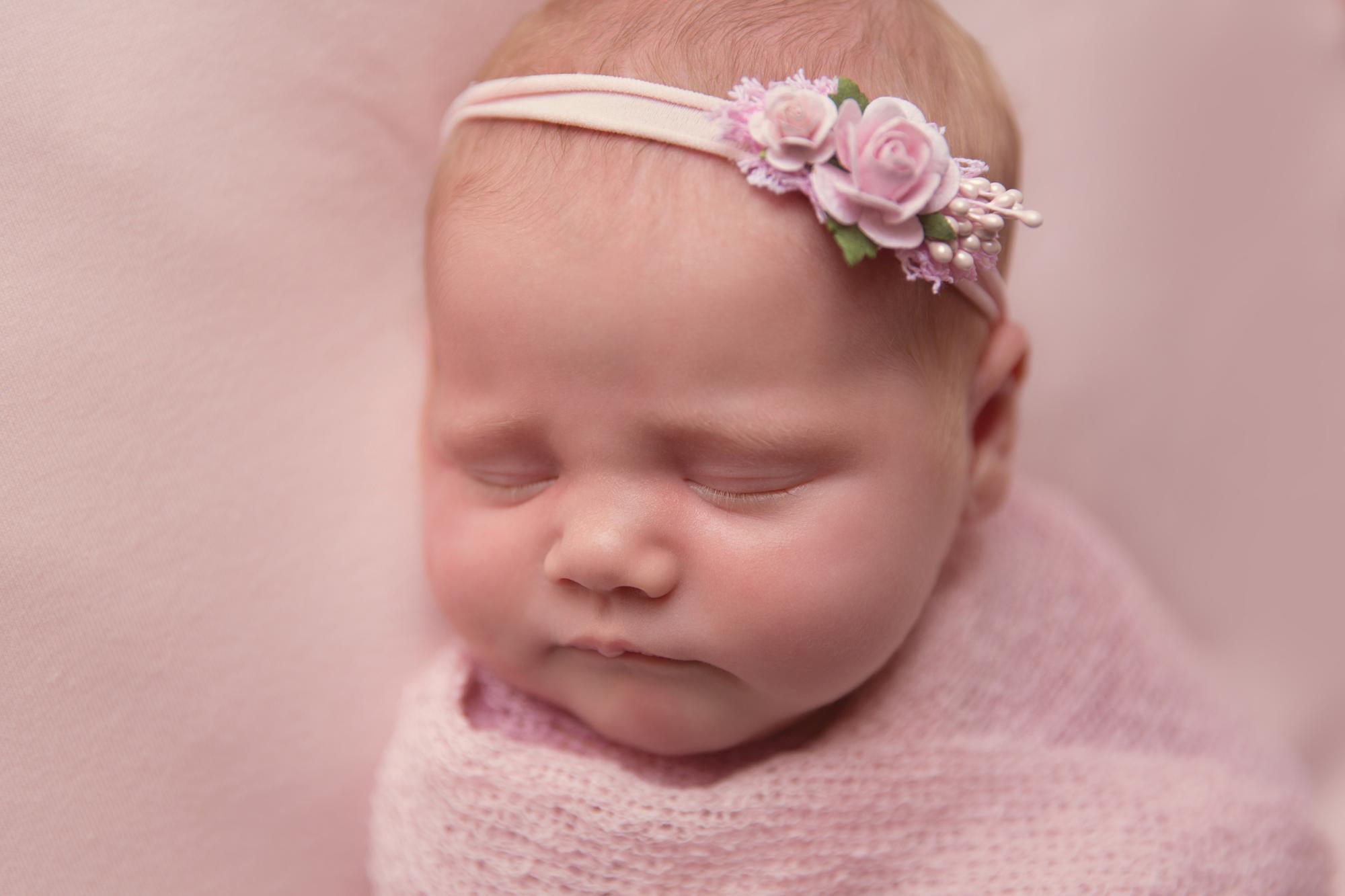 SunlightPhotography_Newborn_Hannah03w.JPG